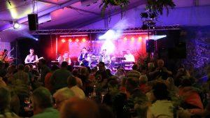 Partystimmung im Festzelt mit dem Schwarzwald Quintett