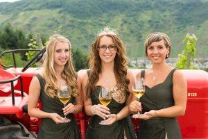 Weinmajestäten 2016 / 17 - Weingönigin Theresa und Weinprinzessinnen Stefanie und Lydia