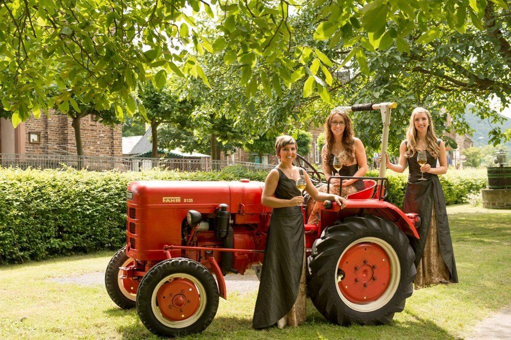 Weinkönigin Theresa und die Weinprinzessinen Stefanie und Lydia