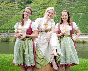 WeinköniginLaura mit ihren WeinprinzessinenVanessa und Isabel